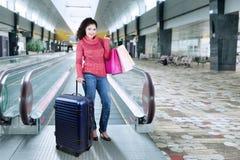 Индийская женщина стоя в авиапорте Hall Стоковое Фото