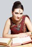 Индийская женщина studing стоковые изображения