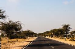 Индийская дорога в пустыне Раджастхана Стоковое Изображение