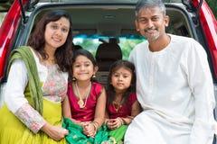 Индийская семья сидя в автомобиле Стоковая Фотография RF