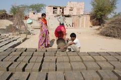 Индийская сельская женщина в трудовой работе Стоковое Изображение