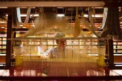 Индийская тень руки ткача сари внутрь Стоковые Фотографии RF