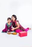 Индийские девушки украшая thali pooja Стоковое фото RF