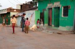 Индийские дети играя на улице в деревне Стоковое Изображение RF