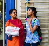 Индийские женщины беседуя на улице в Куалае-Лумпур, Малайзии Стоковые Фотографии RF