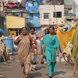 Индийские женщины в заречье трущоб Стоковое Изображение