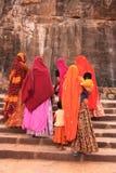 Индийские женщины в красочных сари при дети идя вверх по лестницам a Стоковое фото RF