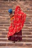 Индийские женщины в красочных сари при ребенк идя вверх по лестницам Стоковое Фото
