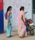 Индийские женщины на улице нося традиционное сари Стоковая Фотография RF