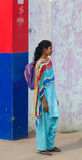Индийские женщины на улице нося традиционное сари Стоковые Изображения RF