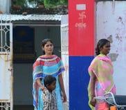 Индийские женщины на улице нося традиционное сари Стоковые Фотографии RF