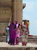 Индийские женщины на улице нося традиционное сари Стоковые Фото