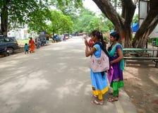 Индийские женщины на улице нося традиционное сари Стоковое фото RF