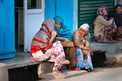 Индийские женщины сидят и беседуют на крылечке дома Стоковые Фотографии RF