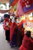Индийские женщины с традиционной покрашенной покупкой сари в базаре в Pushkar, I Стоковая Фотография