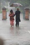Индийские пары держа зонтик в дожде стоковое фото rf
