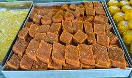 Индийские помадки - barfi в сладостном магазине Стоковые Фотографии RF