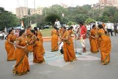 Индийские племенные люди выполняют традиционный танец Стоковые Фото