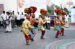 Индийские племенные люди выполняют традиционный танец Стоковые Изображения RF