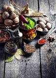 Индийские специи на деревянном столе стоковое изображение