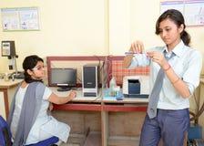 Индийские студенты в лаборатории химии стоковые фотографии rf