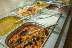 Индийские шведский стол обеда или таблица ресторанного обслуживании Стоковая Фотография RF