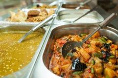 Индийские шведский стол обеда или таблица ресторанного обслуживании Стоковое Изображение RF