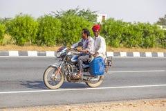 Индийские люди ехать самокат Стоковое Изображение