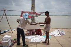 Индийские люди моя и суша одежду Стоковое Изображение
