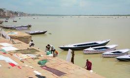 Индийские люди моя и суша одежду Стоковые Изображения RF