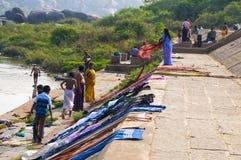 Индийские люди моя и суша одежды в реке thr Hampi, Индия Стоковое Изображение