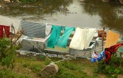 Индийские dhobis женщины или люди шайбы работают в ghat dhobi используя загрязненную воду Стоковые Изображения RF
