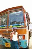 Индийский водитель грузовика говоря на его мобильном телефоне на обочине шоссе Стоковое фото RF