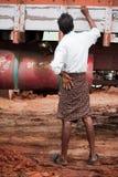Индийский водитель грузовика человека в традиционных южных индийских одеждах Стоковые Изображения