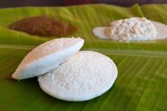 Индийский завтрак Idli на лист ладони Стоковые Изображения