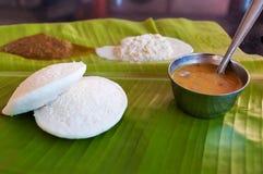 Индийский завтрак Idli на лист ладони Стоковое Изображение RF