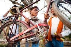 Индийский мальчик с велосипедом стоковое фото