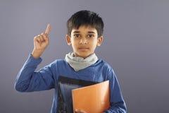 Индийский мальчик школы с учебником стоковые изображения rf
