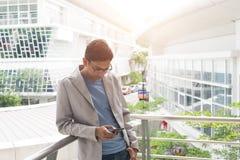 Индийский мужчина используя телефон Стоковые Фотографии RF