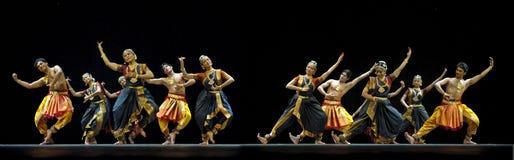 Индийский народный танец выполненный институтом танца Kalakshetra внутри стоковые фото