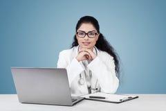 Индийский доктор женщины с вьющиеся волосы Стоковое Изображение RF