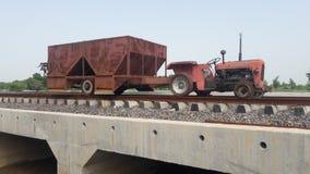 Индийский поезд trator на patri Стоковые Изображения RF