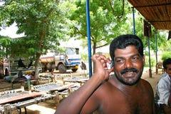 Индийский пьяный водитель грузовика говоря на его мобильном телефоне на обочине шоссе в Керале с его тележкой Стоковое фото RF