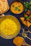 Индийский рис pilau в блюде balti служил с masala tikka цыпленка Стоковые Изображения