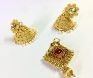 Индийский стиль орнаментирует серьгу и ожерелье стоковое фото