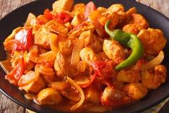 Индийский цыпленок Jalfrezi карри с специями, томатным соусом и крышками Стоковая Фотография