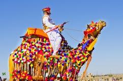 Индийский человек в традиционном платье с украшенным верблюдом Стоковые Фото