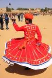 Индийский человек в традиционных танцах платья на фестивале пустыни, Jais Стоковая Фотография RF
