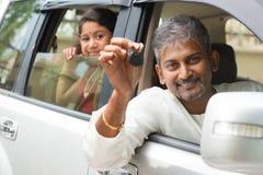Индийский человек показывая его новый ключ автомобиля Стоковое Изображение RF