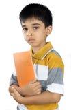 Индийский школьник с учебником стоковое изображение rf